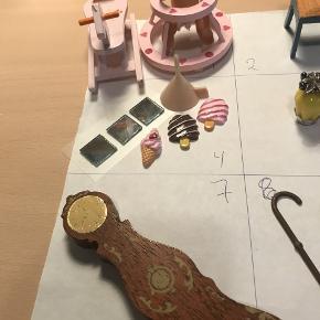 nr 1 gyngehest h 5,5 cm, gåvogn og dukke (trænger til ny elastik 25 kr   nr 2 stole 5,5 høje 25 kr   nr 3 dukke 11 cm incl hat 28 kr   nr 4 3 selvklæbende spejle 1,5 x 1,5 + 3 x is til facade eller skilte ved butik ,5 cm - flade på bagsiden tragt 3,5 cm 15 kr   nr 5 parfume flasker - eget dessign. den gule er 3 cm høj, den mindste 2,3 cm 20 kr  SOLGT  nr 6 lampe (har jeg brugt mine til) 3,5 cm 15 kr   nr 7 bornholmer ur 11 cm den har været limet fast så der er en lille rest tapet på bagsiden 12 kr   nr 8 3 stokke som også kan laves til flotte paraplyer 10 kr SOLGT  nr 9 mørkblå blonderest 54 x 7 cm + 2 stk lyseblå blonderester 28 x 4 cm - fine til at lave gardiner med 10 kr