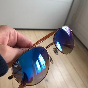 Varetype: Solbriller Størrelse: RB3540 198/8B  Farve: Brun Oprindelig købspris: 1450 kr. Prisen angivet er inklusiv forsendelse.  Super cool Ray Ban solbriller i god stand, kun et halvt år gamle - nypris var 1450 kr. Modellens præcise navn er: RB 3540 198/8B 140 3N. Stelfarve: kobber/bronze. Glas: Blåt spejlglas. Modellen kan både bruges til mænd og kvinder. Kom endelig med bud!