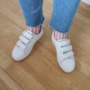 Sneakers fra H&M. 👟 Nypris 300 kr. 👟 Brugt, men ok stand 👟 Str. 37 👟 Sælges for 125 kr.