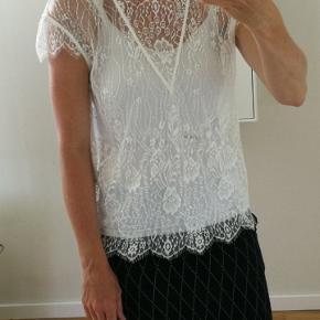 Super fin og feminin blonde top/t-shirt.  Passer også lille medium - jeg er en mellemting.   Stadig med prismærke.
