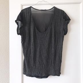 Fed Brandy Melville t-shirt i grå med gennemsigtig ryg 🥥 købt i Rom for nogle år siden. Blød og lækker bluse med fine detaljer, og som kan pifte ethvert hverdagsoutfit op 🌷 str. S.   Bemærk - afhentes ved Harald Jensens plads eller sendes med dao. Bytter ikke 🌸  ⭐️ Tshirt t-shirt grå bluse overdel mørkegrå gennemsigtig see through mesh