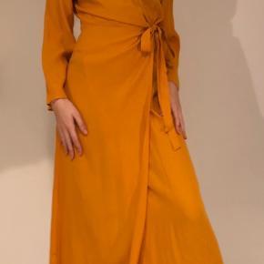 Simpelthen så flot orange kjole fra Zara 🧡🌟 Perfekt til forårets og sommerens begivenheder 🌾 Str. S Brugt 1 gang! BYD Nypris: 700 kr.