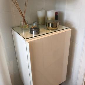 2 stk skabe fra IKEA i hvid glans   Skabe til badeværelse - der er en glasplade inde i skabet og en glasplade til at ligge ovenpå skabet.  Vedligeholdt ordenligt, inden ridser på glaspladerne inde i skabet. Lidt ridser på den ene plade på det ene skab, pladen til det andet skab er aldrig brugt, så uden ridser.   Dybde: 30cm Højde: 58cm Længde: 40cm  Kan afhentes i Viby