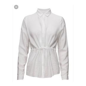 Hvid skjorte / bluse fra Minimum  Nypris: 500 kr. Aldrig brugt  FAST PRIS & ingen bytte.  • Se også mit andet tøj - rabat ved køb af flere ting 😊