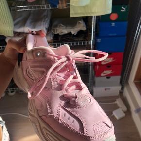 nike m2k tekno pink. skoæsken følger med. de er højest brugt 5 gange. byd 💗