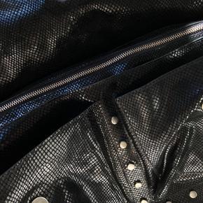"""Super lækker Unlimit-taske i shiny """"slangeskinds-look"""" søger ny ejer 🌞 Tasken er næsten ikke brugt, og fremstår derfor næsten som ny, men MEGET få brugsspor.  Tasken har to lommer foran, et stort rummeligt rum, samt to små lommer indenvendigt. Derudover er der både en kort strop og en lang strop, så man kan bære den som en crossbody.   Nypris var 1800 DKK, så jeg sælger den MEGET billigt i forhold til stand og nypris.  Men BYD endelig 🌻"""