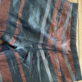 Fest bukser fra Day i str 42. Faktisk har jeg aldrig brugt dem, kun prøvet, så de er spritnye!  Jeg må vist bare anerkende, at jeg er en kjolepige, og at de derfor aldrig bliver brugt. Dejligt shiny materiale med de fineste jordfarver.