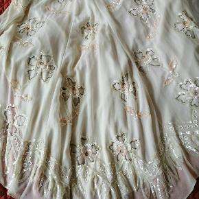 Smuk figursyet  brudekjole / gallakjole med blomster i perler og palietter. Den vil passe en str 38 bedst. Gloss Willow maxi dress  Galla, bryllup, fest, festkjole, blomst, blomstret