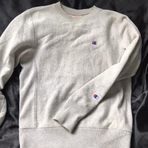 Champion trøje / sweater i grå. Str. Xs. Den er brugt, men der er ingen tegn på slid. Np var omkring de 800. Byd gerne 🌸