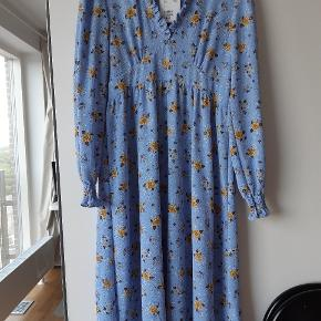 Super flot kjole . Købt til bryllup men aldrig brugt.  😊