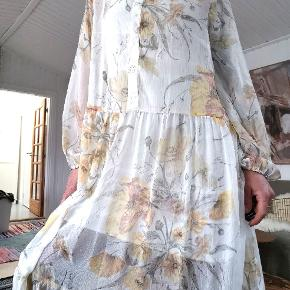 Smuk flot og let sommerkjole i str 44. Jeg har selv brugt den som en oversized kjole da jeg normalt er en str small. Kjolen er gennemsigtig jeg har en underkjole på inden under på billederne
