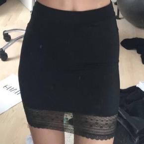 Sælger denne stramme sorte nederdel