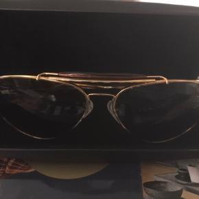 """Randolph Solbrille  Helt nye, moderne herre solbriller i modellen """"Sportsman"""", som ikke er blevet brugt en eneste gang. Nypris omkring 300$ på officielle hjemmeside. Salgspris er ikke fast, så skriv en besked for forhandlinger."""