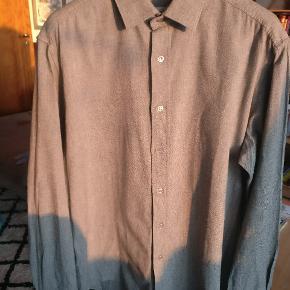 Klassisk bomuldskjorte i en dejlig kvalitet fra YSL. MP 600