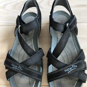 Sorte sandaler med sølvglimmer i rigtig god kvalitet fra Superfit. Kun brugt enkelte gange og fremstår som nye. Ingen slid på inder- og ydersål. Nypris 600 DKK