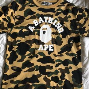 Super flot Bape t-shirt købt i original Bape Store i Bangkok. Står som ny. Str. L.