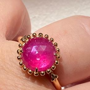 14 kr. guld Pandora sæt med Pink Safir... utrolig smuk ring str. 59. Ønsker du hele sættet med de smukke ørehænger og halskæde, med de flotte pink safir, et unik og super flot sæt. Total sæt kan du få for 39.000,- DKK