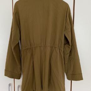 Passer også en str L/XL, da den kan strammes ind i livet, som man har lyst :-) Kan afhentes på trøjborg eller sendes via TS  MÆNGDERABAT gives ved køb af flere ting