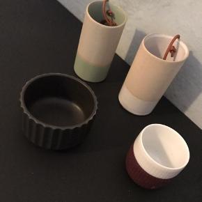 Jeg sælger lidt forskelligt keramik  Lille Lyngby skål - med ridser (se billede)  20kr  Lille espresso kop fra Royal Copenhagen  30kr SOLGT  To hængende keramik vaser. Ingen skræmmer. Fin stand.  80kr.  • Kan hentes i Århus C  • Tager imod MobilePay