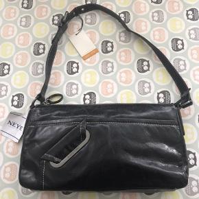 Claudio Ferrici skuldertaske i sort skind ny og ubrugt 29x17 cm Np 1150,- sælges for 600,- Jeg sender gerne på købers regning 50,- 8200 Aarhus N