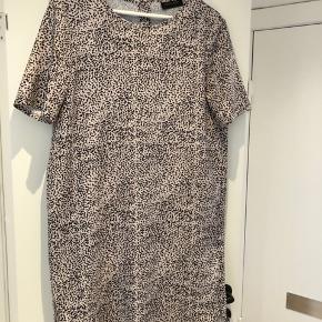 Ny kjole, med fine detaljer med guldknapper på ryggen