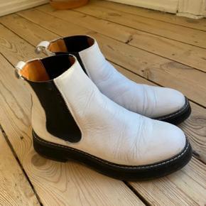 Hvide læderstøvler fra & Other Stories. Der er brugspor, som standen også er sat derefter, men de er stadig rigtig flotte og brugbare. Sender gerne flere billeder, hvis det ønskes. Bytter ikke, handles der over ts betaler køber ts gebyr