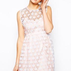 Kjole fra Little White Lies i str XL.  Den er i 2 dele.  Yderst hvid med prikker og enkel knap i nakken. Inderst underkjole i sart lyserød.