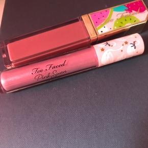 Too faced  Fruit cake - lip glaze  Pink swan - lip gloss   De er begge prøvet en enkelt gang