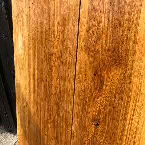 To egetræsborde i massiv egetræ.   Sildeben mål : 80x50 - 500kr  Lige planker: 95x60 - 950kr