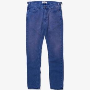 """Acne """"Jones Rimini"""" jeans Str. 32x30  Bukserne er nye med tags på. Acne tagget på indersiden af jeansene sidder dog løst (se det på det sidste billede)  Nypris er 1400 kr.  Prisen er fast. Jeg tilbyder dog mængderabat. Fragt er med i prisen."""