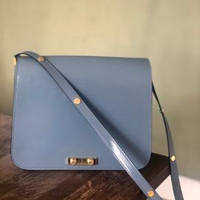 Sælger smuk og rummelig Marni-taske i petroleumsblå. Den kan både bæres over skulderen og crossbody.   Mål: 22 cm høj, 29 bred. Modellen hedder Trunk Bag. Jeg har desværre ikke kvitteringen.   Tasken fremstår uden slid, dog er der ridser på metallåsen foran.