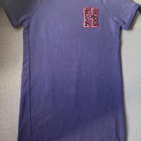 Mørkeblå T-shirt-kjole fra Tommy Hilfiger som er super behagelig at have på. Den har ikke været brugt ret meget, og er i virkelig fin stand.