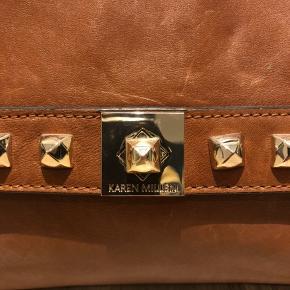 Lækker vintage Karen Millen taske i en klassisk og moderne farve. God rummelig arbejdstaske med meget plads. Er i en god tilstand, men dog en lille smule slitage - kan ikke ses meget. Kom gerne med spørgsmål eller bud :)