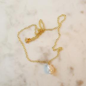 Håndlavet halskæde i forgyldt sølv med vedhæng af ægte barok perle. Længde på kæden er 47 cm og perlen er ca. 1,5 cm lang. Nikkelfri.