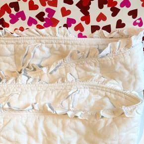 Hvid bomulds sengerend med flæsekant og bindebånd L: 270cm H: 20cm B: 1,5 cm