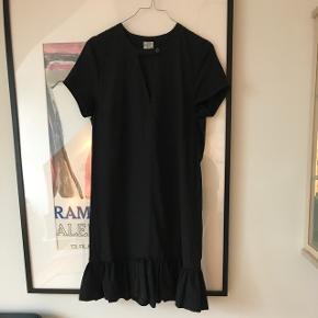 Smuk sort kjole fra Baum und Pferdgarten Har drop waist med et lille skørt