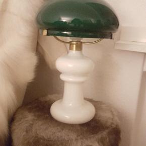 Smuk og klassisk Holmegaard lampe uden skår og ridser sælges. Virker upåklageligt. Bud over 500 kr. modtages.