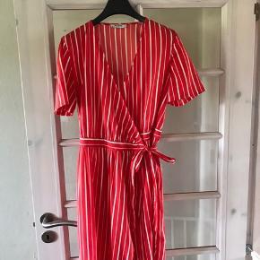 Rød og hvid stribet slå-om kjole.   Kjolen går til ca. lidt over knæene.   Ingen brugestegn, og let i materialet.