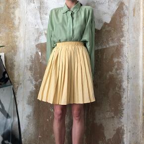 Fineste vintage nederdel og skjorte sælges, købt secondhand i London. Skjorten er af silke og vil passes af en small-large afhængig af pasform. Pris: 450kr. Nederdelen er af 50% viscose og 50% polyester og vil passes af en small. Pris: 450kr. Sælges både adskilt eller samlet.  (SKJORTE SOLGT)