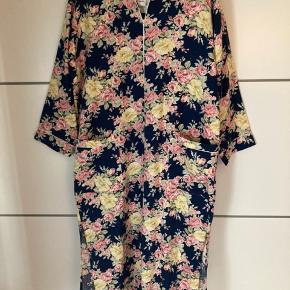 Smuk vintage kjole fra Dior i det smukkeste blomsterprint 🌸 Str. S - passes bedst af en str. M 💕 100% bomuld.  #Secondchancesummer