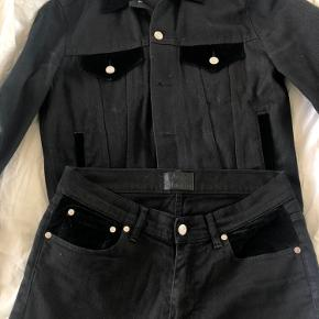 Acne Studios Who Black Velvet  Den mest stilede Texan Toxedo  Jakken er som ny, størrelse 48, købspris 2200. Jeans er 31/32, købspris 1600.  Nypris samlet, 3800 Sælges for 1500