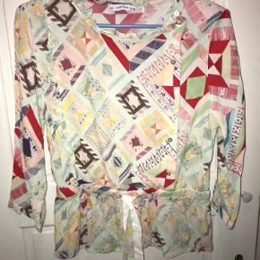 ☘️ Fin bluseskjorte fra & other stories, brugt få gange og fremstår som ny. Blusen har er smult snit, som kan bindes ind kommer taljen. Skriv, for flere billeder☘️