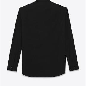 Brand: Saint Laurent Varetype: Silke Skjorte Størrelse: 37 Farve: Sort Oprindelig købspris: 5.000 kr. Kvittering haves. Skal afhentes i København K  Sort silke skjorte fra Saint Laurent.  Størrelse 37. Fitter løst i størrelsen. Perfekt til en størrelse small. Super lækker og luksuriøst i materialet. Perfekt til skinny jeans.  Fremstår i perfekt stand. Købt i Paris og sælges i perfekt købt stand med original tag samt kopi af kvittering.  Nypris 5.000kr Sælges for 2.000kr