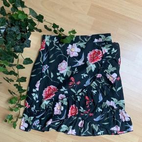 Sød mini nederdel med slå om effekt.