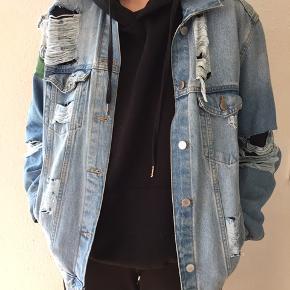 Der står ikke størrelse på jakken men den fitter en L måske M.  Jakken er malet på skulderen, og kan derfor forhandles.
