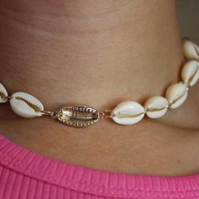 Guldfarvet halskæde med med muslinger