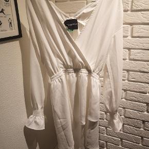 Sælger denne fine hvide kjole der er sådan skæv i det fra Camilla Krøyer Ltd i str. Small. Den er næsten brugt og fejler ik noget.