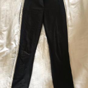 Sorte bukser med hvid stribe fra Zara. Sælges for 100 kr ellers byd:)