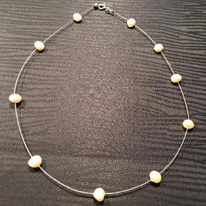 Oprydningssalg! Smuk kæde i wire med ferskvandsperler.  Halskæde Farve: Creme