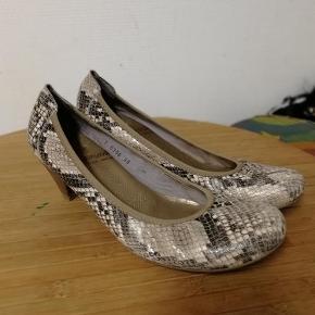Virkeligt flotte sko, jeg har bare alt for mange. De er i den gode ende af brugte. Handler via mobile Pay og sender med DAO  Lækre wonders i god stand Farve: Slange